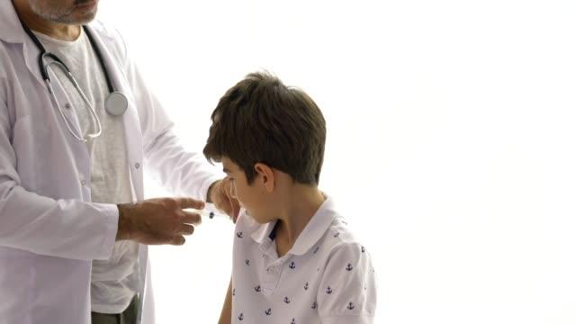 vídeos y material grabado en eventos de stock de inyección de vacuna en paciente joven - flu shot