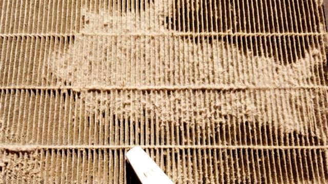 dammsugaren rengör ett smutsigt luft filter - ventilation bildbanksvideor och videomaterial från bakom kulisserna
