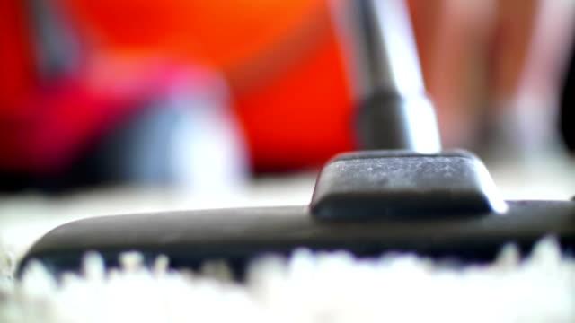 aspirapolvere pulizia. - moquette video stock e b–roll