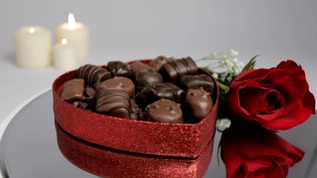 バレンタイン チョコレート バラ キャンドル - バレンタイン チョコ点の映像素材/bロール