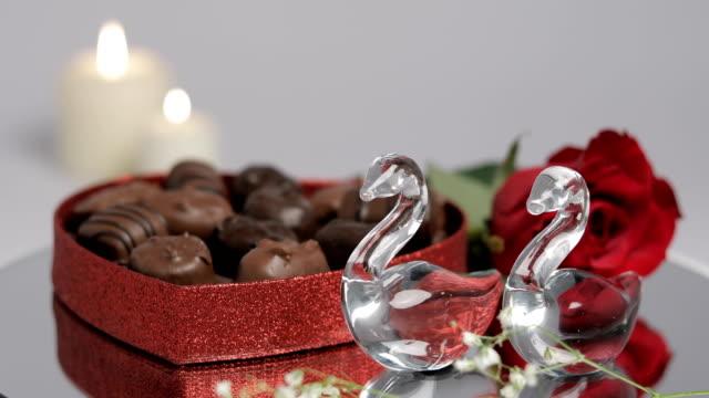 バレンタイン グラス白鳥チョコレート ローズ - バレンタイン チョコ点の映像素材/bロール