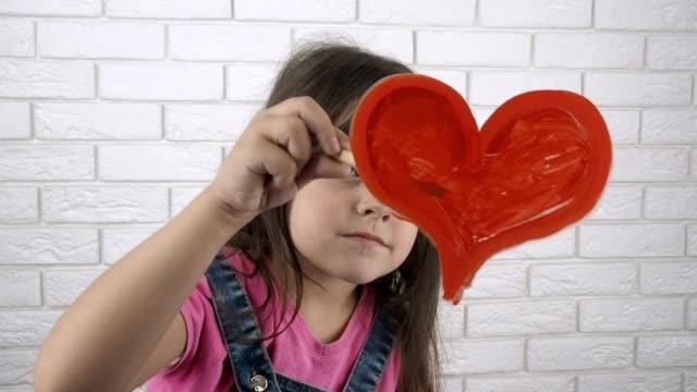 발렌타인 데이. 아이가 심장을 그립니다. - kids drawing 스톡 비디오 및 b-롤 화면