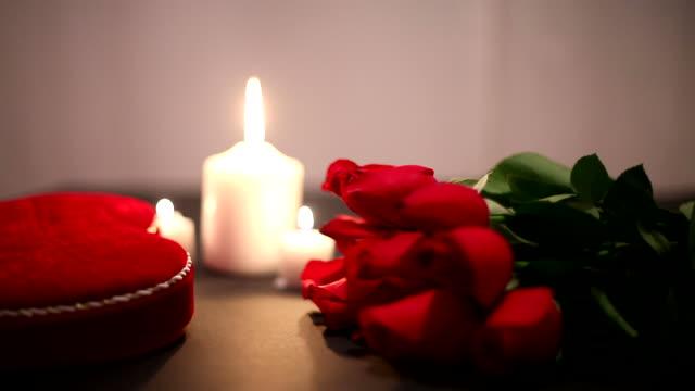 バレンタインデーにキャンドル - バレンタイン チョコ点の映像素材/bロール
