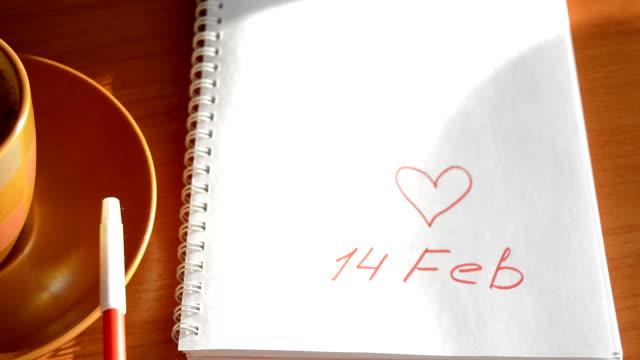 alla hjärtans dag kopp kaffe, en anteckningsbok med ett rekord på 14 februari, hjärtat, rullande markören - lucia bildbanksvideor och videomaterial från bakom kulisserna