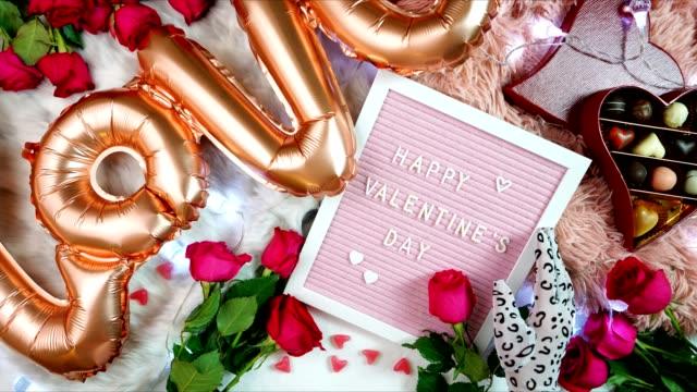 バレンタインデーのフラットは、バラ、チョコレート、レターボード、停止モーションと横たわって - バレンタイン チョコ点の映像素材/bロール
