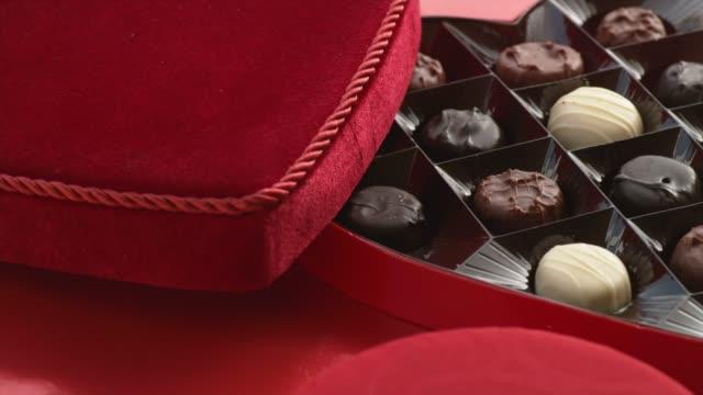 バレンタインのハート型のチョコレートでいっぱいキャンディー ボックス - バレンタイン チョコ点の映像素材/bロール