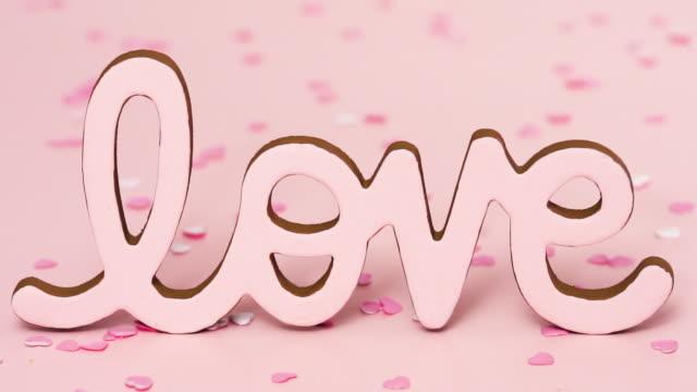 ピンクの背景にバレンタインデーの愛のサイン。 - 文字記号点の映像素材/bロール