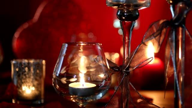 valentinstag romantik mit roten herzen, kerzen und rosenblättern. - valentinstags karte stock-videos und b-roll-filmmaterial