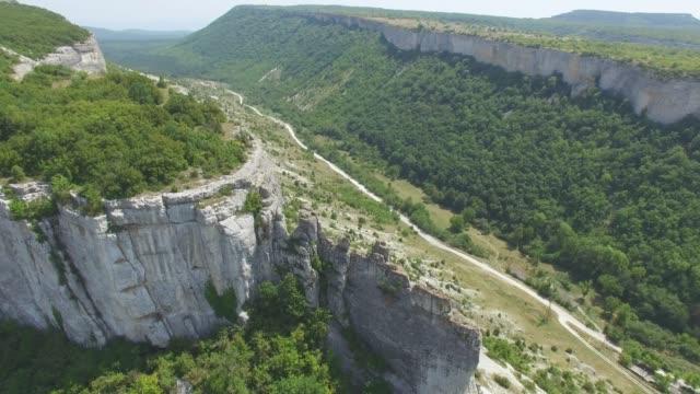 vídeos de stock e filmes b-roll de aerial: valley in canyons - multicóptero