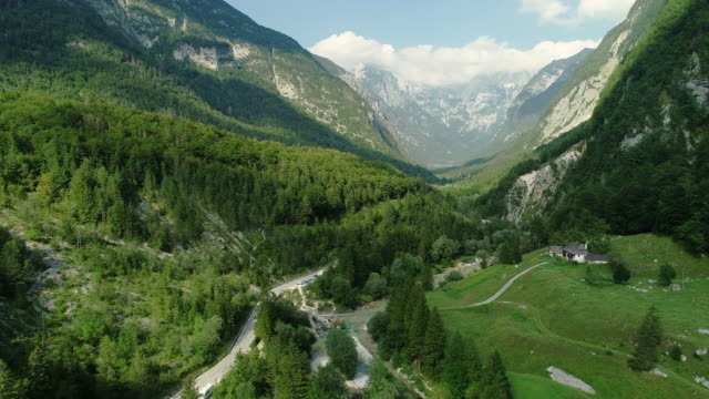 ドローンの視点から見たスロベニアアルプスの谷 - 広角撮影点の映像素材/bロール