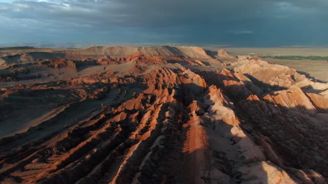 stockvideo's en b-roll-footage met vallei van de maan in de atacama woestijn, chili, zuid-amerika, luchtfoto - maasvallei