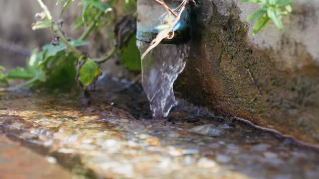 vídeos de stock e filmes b-roll de valve water of flow drain at waste water at sewage treatment plant. - cisterna água parada