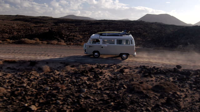 veduta aerea: van e surf sul mare unità da - furgone video stock e b–roll