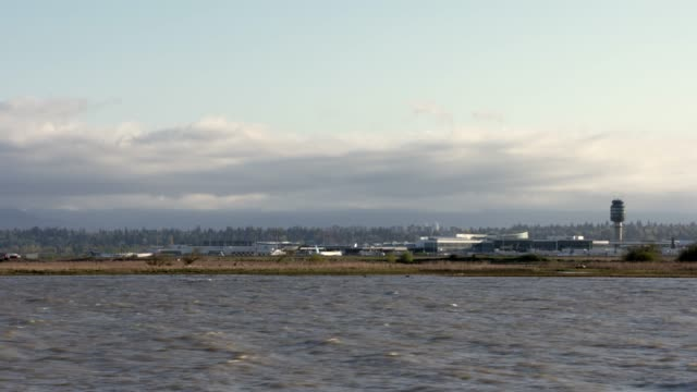 vancouver airport and mountains timelapse 4k uhd - richmond columbia britannica video stock e b–roll