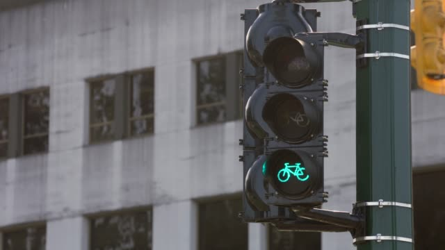 vancouver bicycle traffic light, 4k, uhd - segnale per macchine e pedoni video stock e b–roll