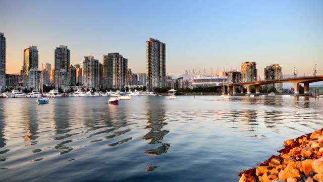 vídeos de stock e filmes b-roll de vancouver, colúmbia britânica, canadá skyline ao longo da água ao pôr do sol - vancouver