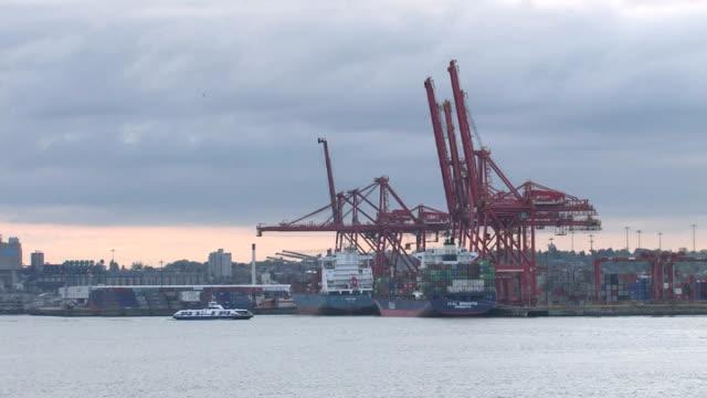 vídeos de stock e filmes b-roll de amanhecer recipiente porto de vancouver - embarcação comercial