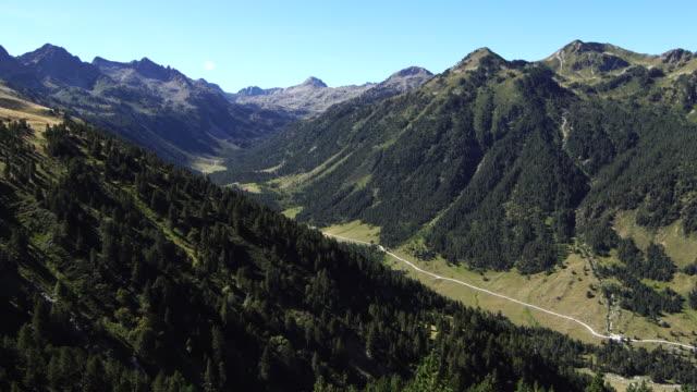 vaquèira-beret vadi yaz aylarında - lleida stok videoları ve detay görüntü çekimi