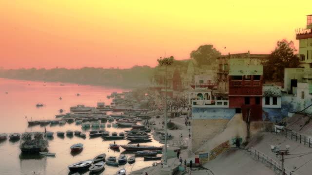 waranasi wcześnie rano - ghat filmów i materiałów b-roll