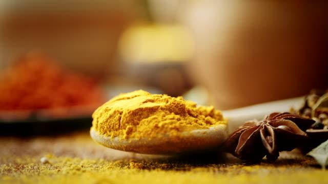varietà di spezie ed erbe aromatiche - aglio alliacee video stock e b–roll
