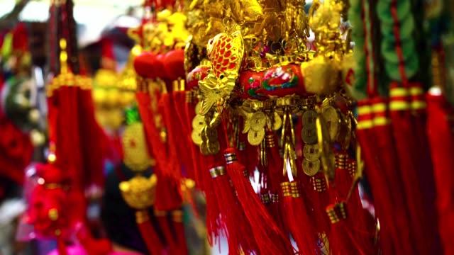 varietà di decorazioni cinesi colorate in vendita - decorazione festiva video stock e b–roll
