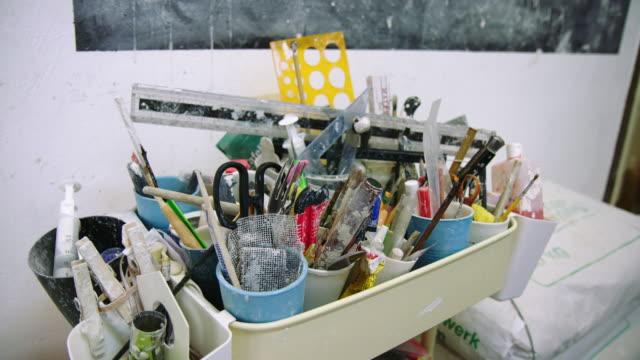 vídeos y material grabado en eventos de stock de variedad de herramientas para hacer cerámica - porcelana china