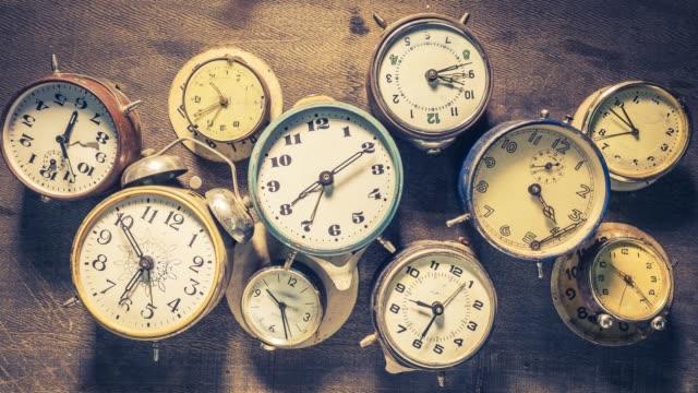 시간 흐름 개념 애니메이션으로 반복 된 다양한 시계 - clock 스톡 비디오 및 b-롤 화면