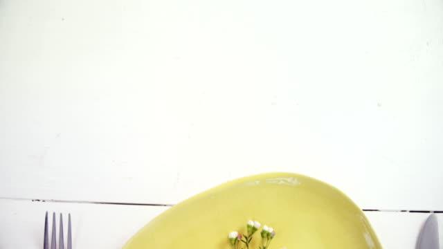 olika bestick på träbord 4k - empty plate bildbanksvideor och videomaterial från bakom kulisserna