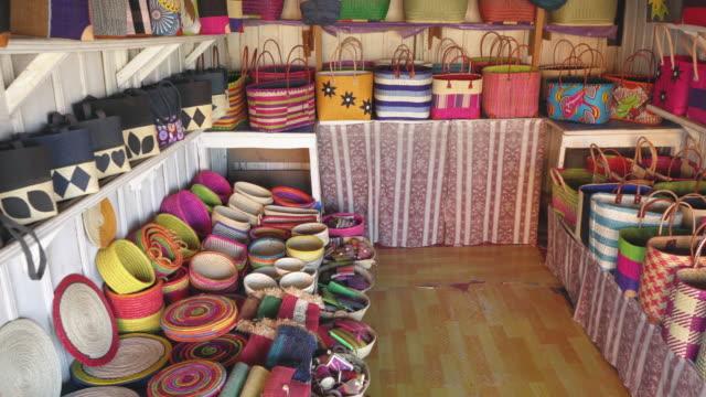 olika handgjorda souvenirvaror, mestadels korgar och väskor på displayen på lokal marknad i antananarivo, madagaskar - halmslöjd bildbanksvideor och videomaterial från bakom kulisserna