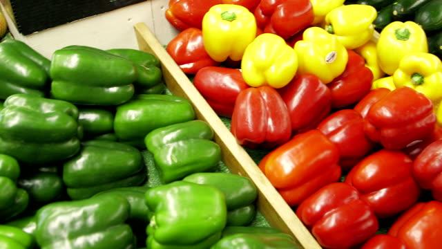 vídeos y material grabado en eventos de stock de varios pimientos en display en tiendas de comestibles - pimiento verde