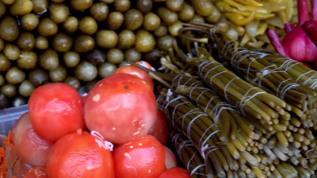 농부의 시장의 카운터에 다양 한 피 클 - 식초 스톡 비디오 및 b-롤 화면