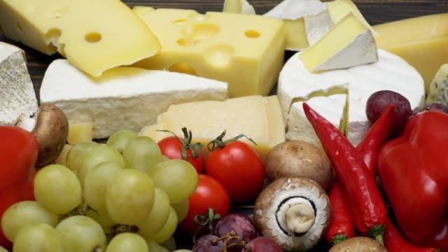 verschiedene arten von käse - brie, camembert, roquefort und cheddar - brie stock-videos und b-roll-filmmaterial