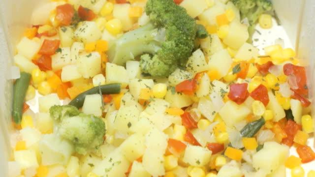 verschiedene gemüse gekocht werden in der doppelzimmer kessel - karotte peace stock-videos und b-roll-filmmaterial