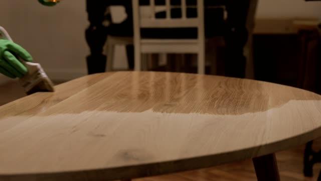 varnishing a wooden table - tavolo legno video stock e b–roll