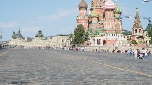 vasilevsky nedstigningen av röda torget med pokrovsky katedral i moskva - vasilijkatedralen bildbanksvideor och videomaterial från bakom kulisserna