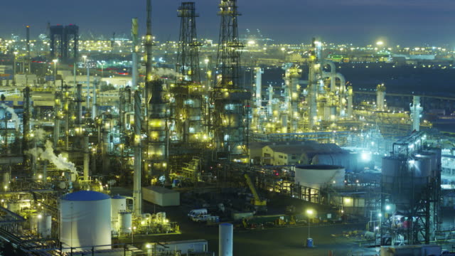stockvideo's en b-roll-footage met enorme olie raffinaderij complex verlicht at night - drone shot - raffinaderij