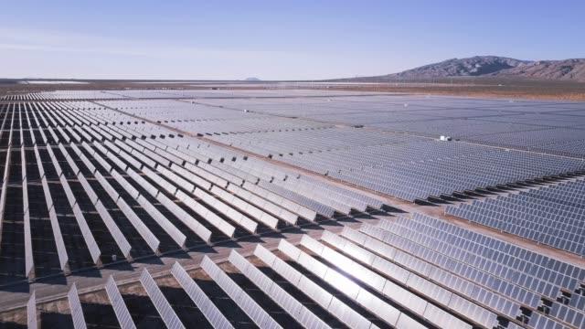 vídeos de stock e filmes b-roll de vast solar power station - aerial shot - equipamento solar