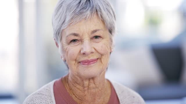 vídeos de stock e filmes b-roll de i've lived a long and happy life - old lady