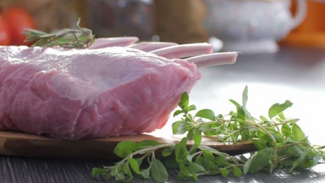 vidéos et rushes de aliments crus. côtelette de veau. alimentation saine. cuisine colorée - veau