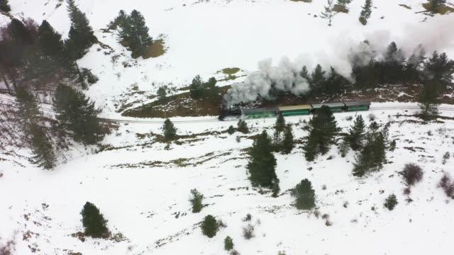 Vecchio treno a vapore attraversa paesaggio innevato - 2 CLIP. 4K