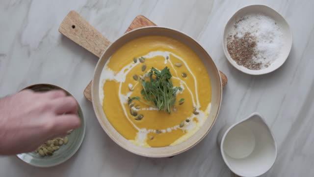 vegan kremalı kavrulmuş kabak çorbası - yemek tarifi stok videoları ve detay görüntü çekimi