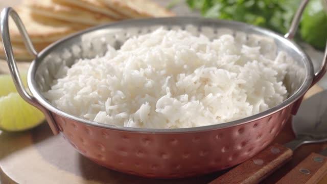 veganes curry - reis grundnahrungsmittel stock-videos und b-roll-filmmaterial
