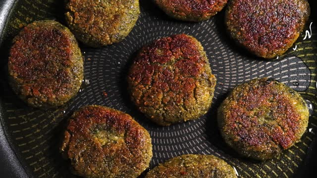 鍋に揚げるビーガンファラフェル - ベジタリアン料理点の映像素材/bロール