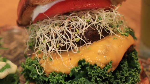 4k、ビーガンフード、グリルプロトベロマシュロムビーガンビーフバーガーメロンスラッシュ - ベジタリアン料理点の映像素材/bロール