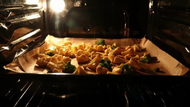 vídeos y material grabado en eventos de stock de comida vegana, verduras asadas al horno - vegana