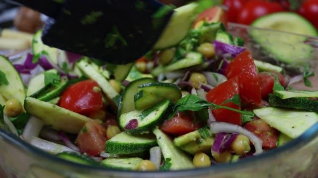 ビーガンフード、ビーガンサラダの準備 - パート9 - ミキシングサラダ - ベジタリアン料理点の映像素材/bロール