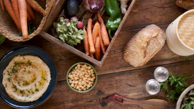 vídeos y material grabado en eventos de stock de comida vegana bodegones sobre una mesa de madera. - vegana