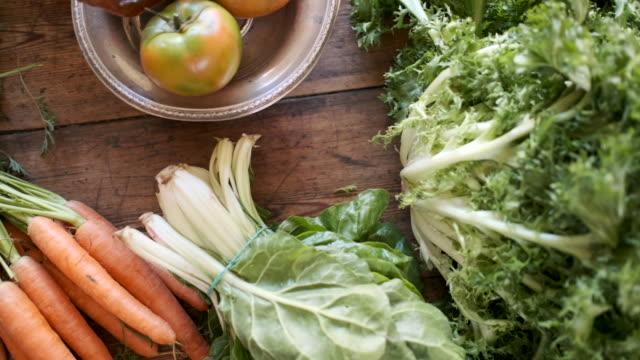 vídeos de stock, filmes e b-roll de a refeição do vegan ainda vida em uma tabela de madeira. - vegetarian meal