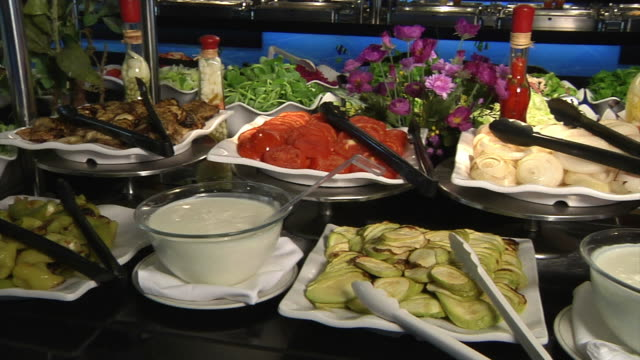 овощной салатный бар - фуршет стоковые видео и кадры b-roll