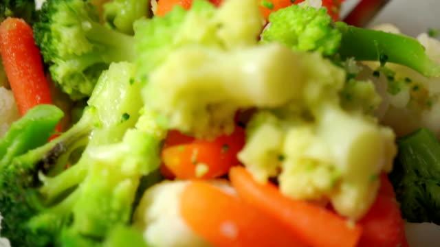 insalata di verdure insieme video primo piano - broccolo video stock e b–roll